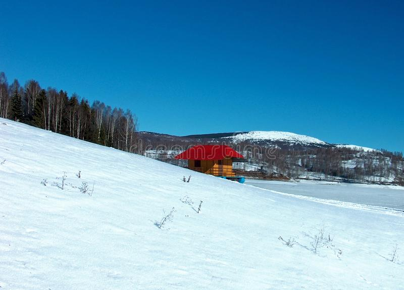 Het landschap van de Wonderfullwinter bij bevroren meer stock afbeelding