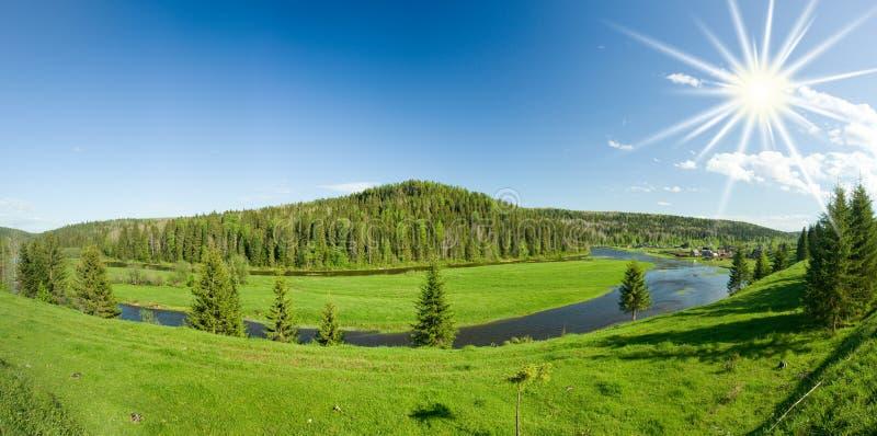 Het landschap van de zomer. Dorp op de rivier. stock foto