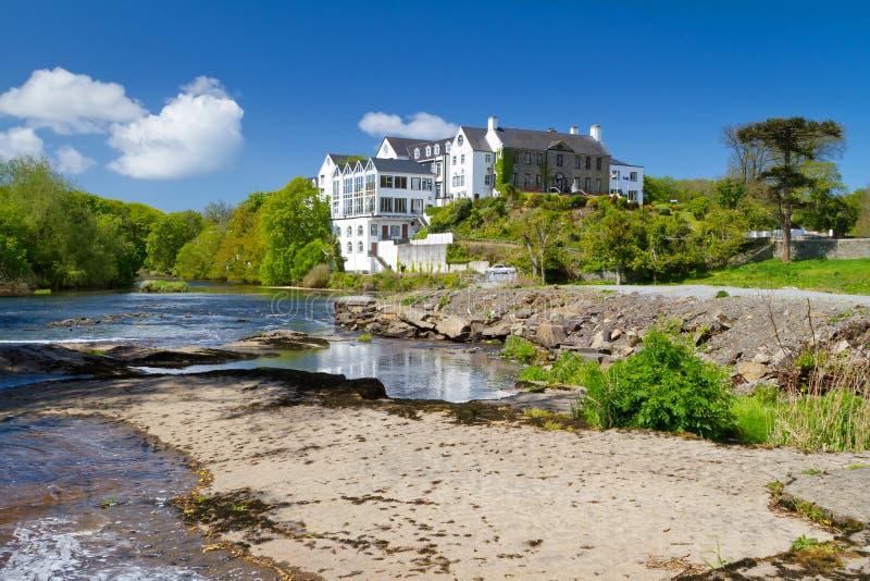 Het landschap van de zomer van rivier in Ennistymon royalty-vrije stock fotografie