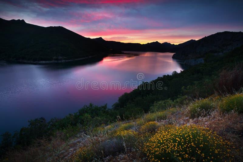 Het landschap van de zomerbergen met meer in zonsondergang royalty-vrije stock foto's