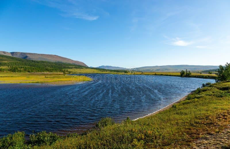 Het landschap van de de zomerdag met bergen en meer in de toendra royalty-vrije stock afbeelding