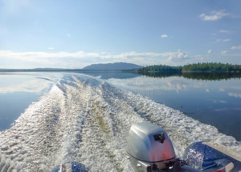 Het landschap van het de zomerwater Blauwe hemel en duidelijk water van Meer Pyaozero met weerspiegelde wolken Weg van de motorbo royalty-vrije stock foto's