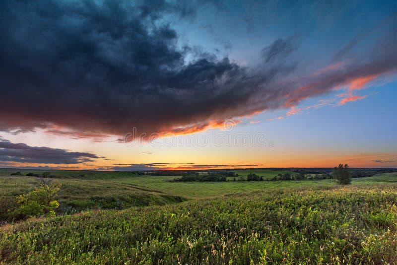 Het landschap van de zonsondergang Zonsondergang bij zonsondergang royalty-vrije stock foto