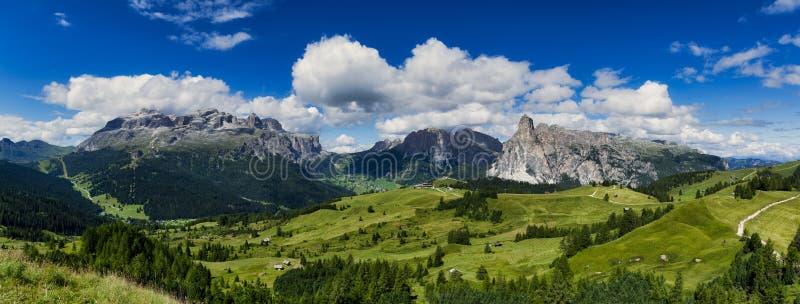 Het landschap van dolomietbergen in zomer stock fotografie