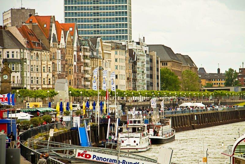 Het landschap van Dusseldorf, Duitsland met Rijn-promenade en typische huizen stock foto