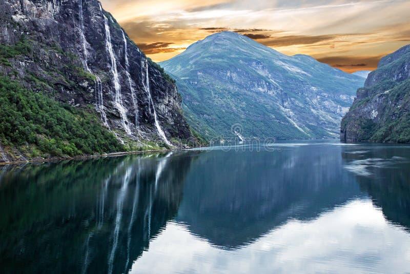 Het landschap van het bergmeer, Geiranger-fjord, Noorwegen: landschapswatervallen Zeven Zusters stock afbeeldingen