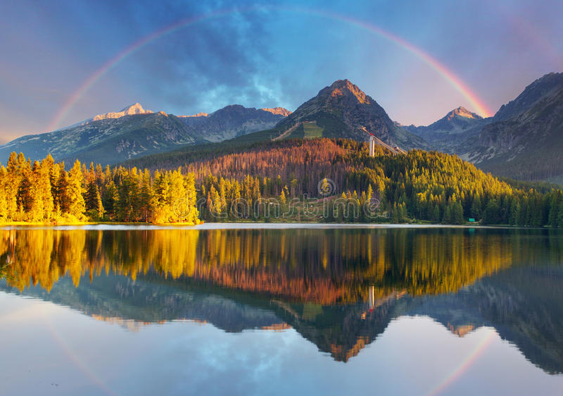 Het landschap van het bergmeer met regenboog - Slowakije, Strbske-pleso stock afbeeldingen