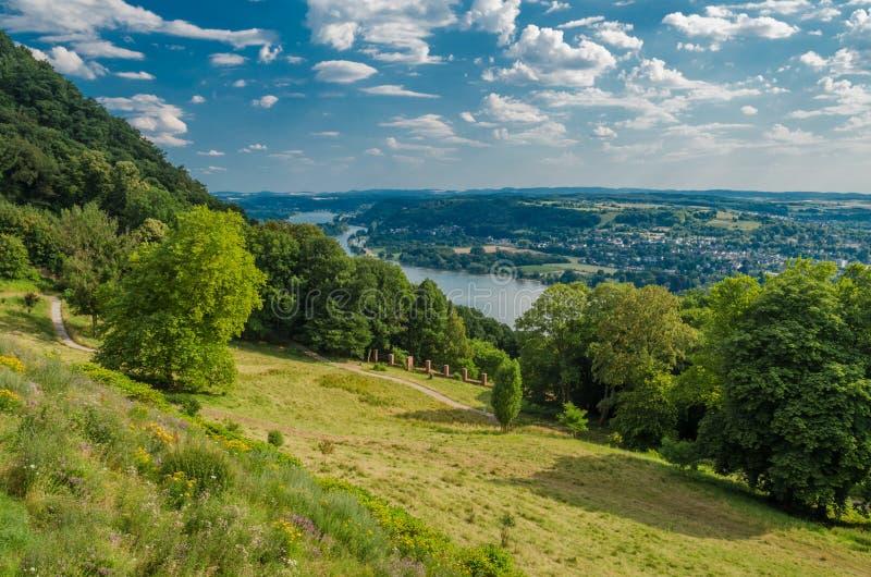 Het landschap van het de zomerland van Duitsland met weide, bos en een hemel, achtergrond stock foto's