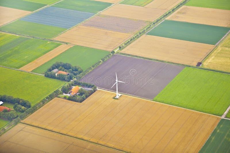 Het landschap van het landbouwbedrijf met hierboven windmolen van stock fotografie