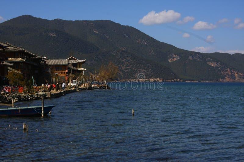 Het landschap van het Meer van China Yunnan Lugu in de winter stock afbeeldingen