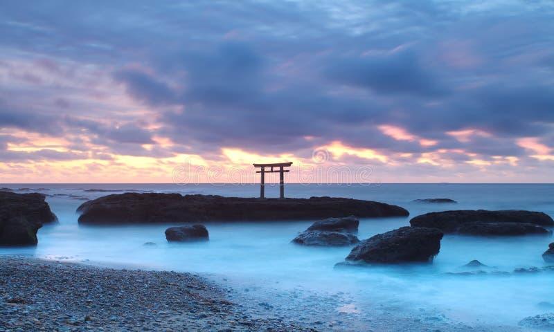 Het landschap van Japan van traditionele Japanse poort en overzees stock afbeeldingen