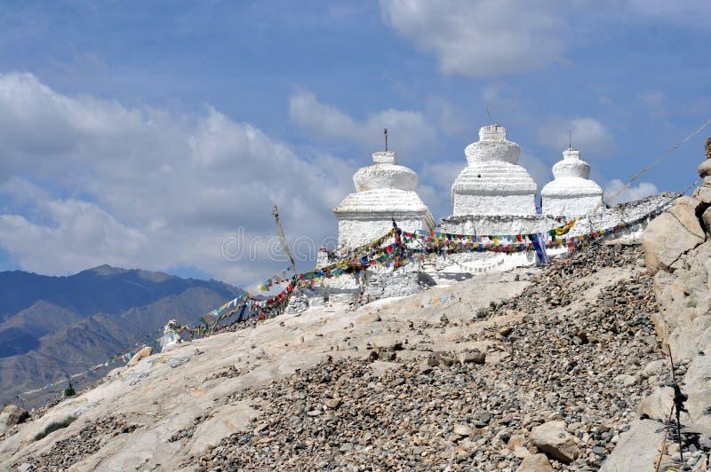 Het landschap van Ladakh met stupas stock fotografie