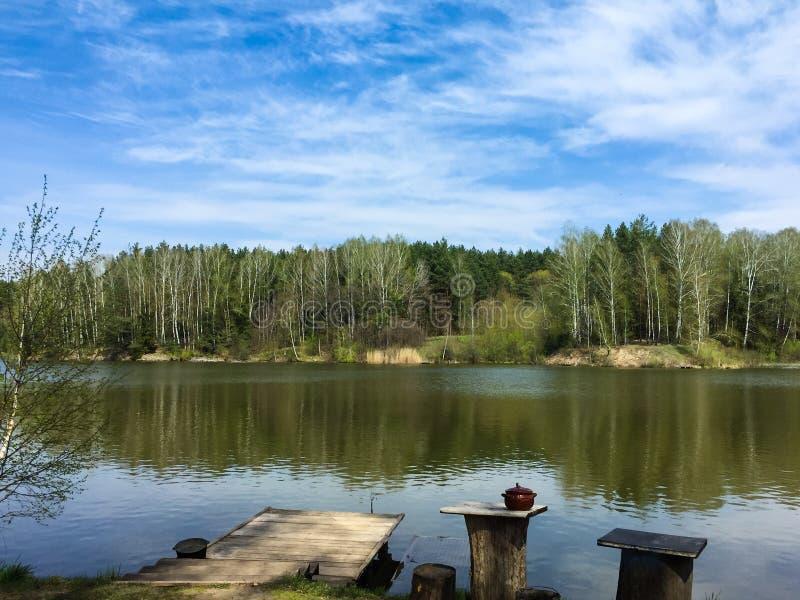 Het landschap van het meer Houten pijler op het meer, huishoudenpunten voor openluchtrecreatie royalty-vrije stock fotografie