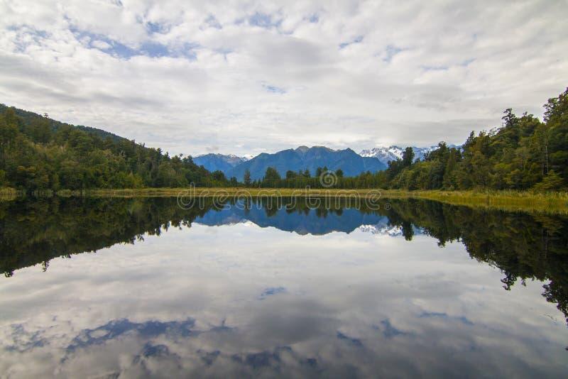 Het landschap van meermatheson van de zuivere kalme bezinning van de waterspiegel, Zuidelijke Alpen in Westkust van Zuideneiland, royalty-vrije stock afbeeldingen