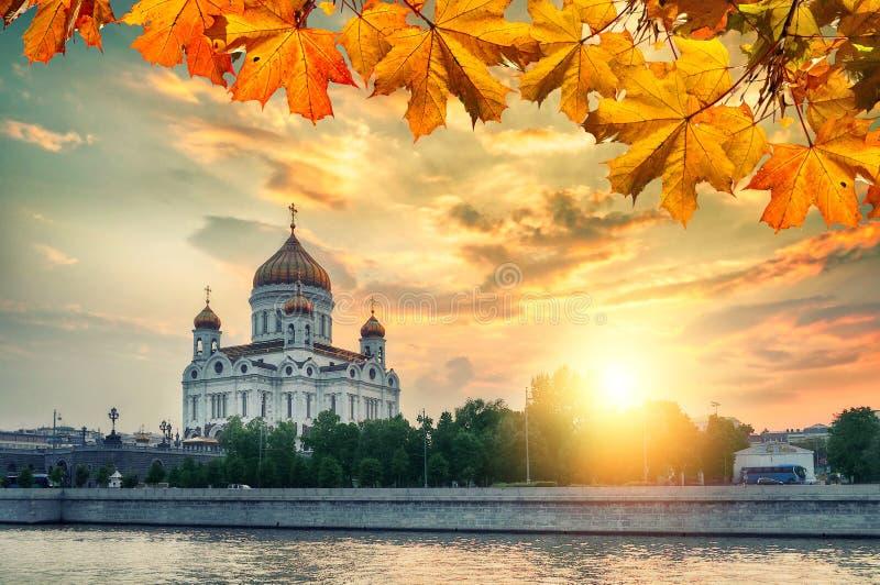 Het landschap van Moskou - Kathedraal van Christus de Verlosser in de herfstzonsondergang in Moskou, Rusland stock fotografie