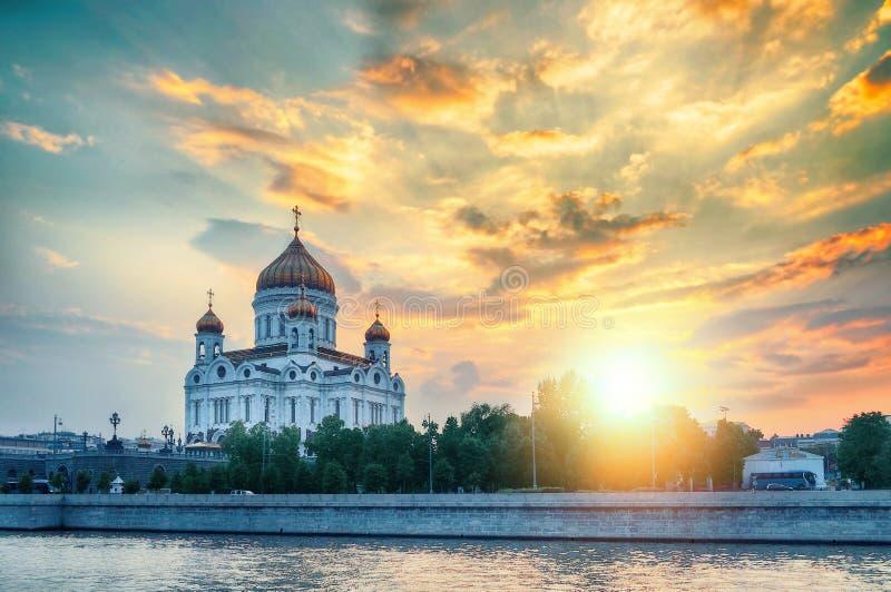 Het landschap van Moskou - Kathedraal van Christus de Verlosser in de zomer zonnige avond in Moskou, Rusland royalty-vrije stock afbeelding