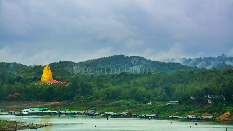 Het landschap van pagode Buddhakhaya in Wat Wang Wiwekaram is een symbool van Sangkhlaburi, Kanchanaburi, Thailand stock afbeeldingen