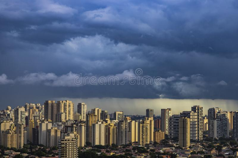 Het landschap van het panoramalandschap van gebouwen en wolkenkrabbers in commercieel centrum van de stad van Sao Paulo met regen stock afbeelding