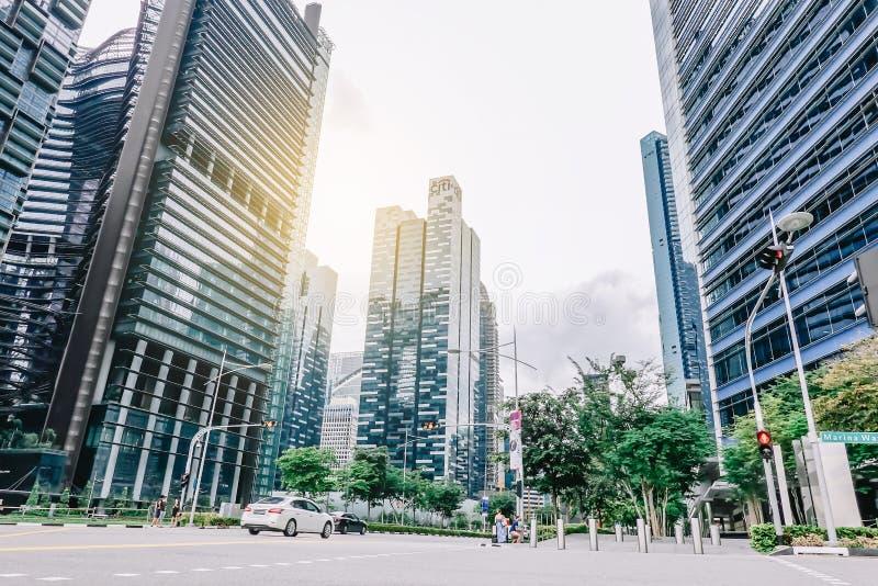 Het landschap van Singapore met auto's op straat en hoge bedrijfsgebouwen op backgroud royalty-vrije stock afbeelding