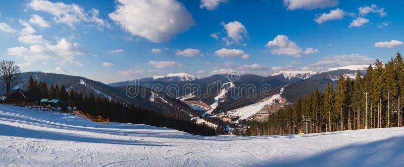 Het landschap van sneeuwbergen met blauwe hemel in de lente zonnige dag stock afbeeldingen
