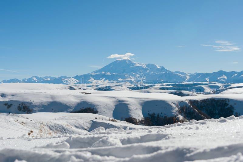 Het landschap van snow-covered Kaukasische rotsen op de Gumbashi-Pas royalty-vrije stock afbeeldingen