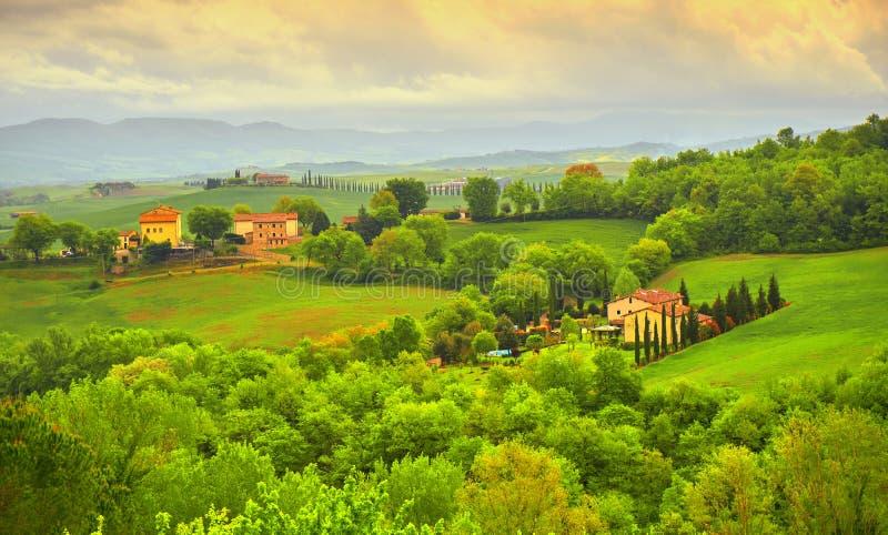 Het Landschap van Toscanië met Heuvels en Huizen stock afbeeldingen