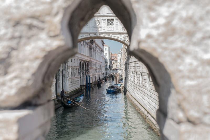 Het landschap van Venetië van kanaal met gondels en brug van sigh royalty-vrije stock afbeeldingen