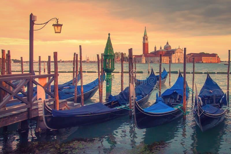 Het landschap van Venetië met gondels bij zonsondergang, Italië Mooie mening over de kerk van San Giorgio di Maggiore in Venetië stock afbeeldingen