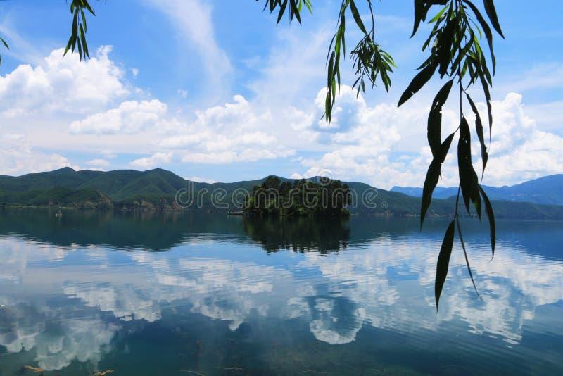 Het landschap van yunnan lugumeer, lijiang, China stock foto's