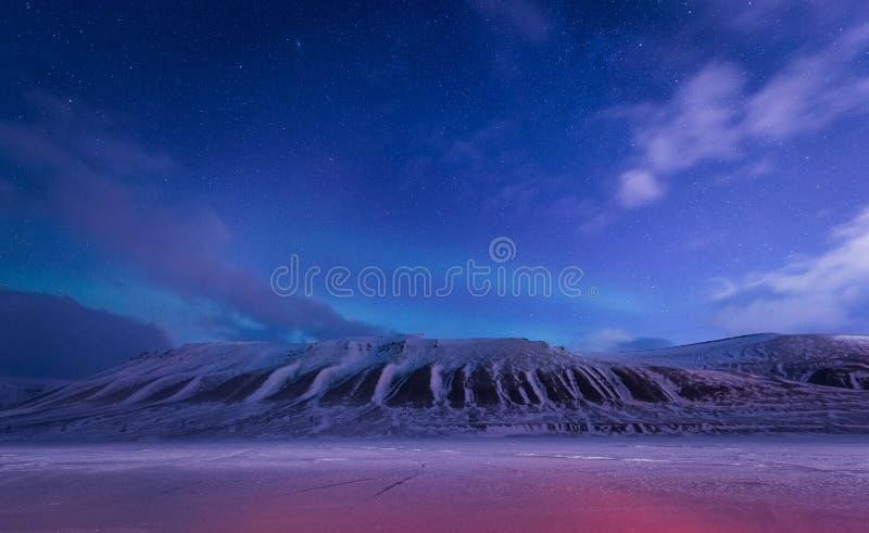Het landschapsaard van behangnoorwegen van de bergen van bouw de sneeuwstad van Spitsbergen Longyearbyen Svalbard op een polair d stock afbeelding