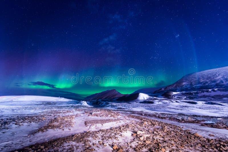 Het landschapsaard van behangnoorwegen van de bergen van bouw de sneeuwstad van Spitsbergen Longyearbyen Svalbard op een polair d stock foto