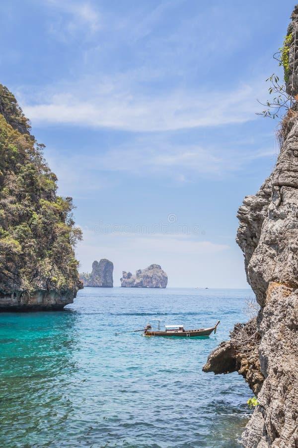 Het landschapsgezichtspunt van de turkooise blauwe lagune van de loh samah baai is beroemd reis snorkelend punt stock fotografie