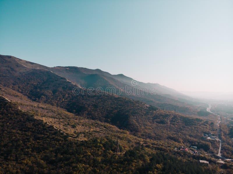Het landschapspanorama van de bergaard, mening van hierboven, rotsen in ochtendzonlicht royalty-vrije stock fotografie