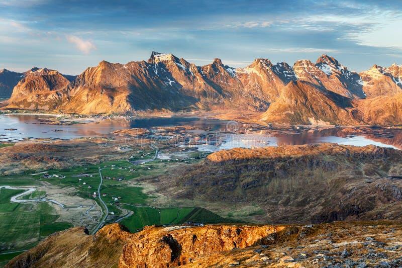 Het Landschapspanorama van Noorwegen met oceaan en berg - Lofoten stock foto's