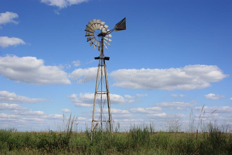 Het landwindmolen van Kansas stock afbeeldingen