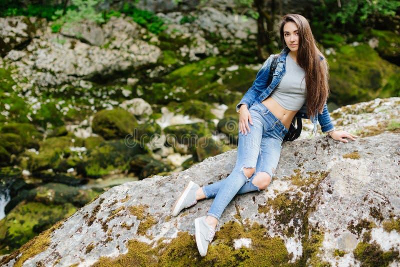 Het lange haarvrouw stellen in bergen stock fotografie