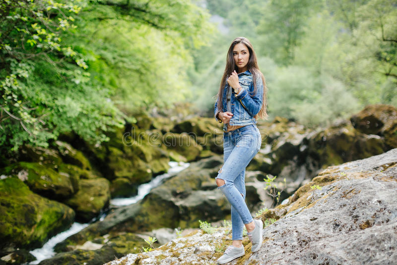 Het lange haarvrouw stellen in bergen stock afbeelding