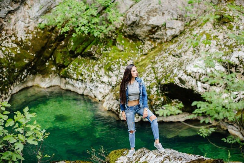 Het lange haarvrouw stellen in bergen stock foto's