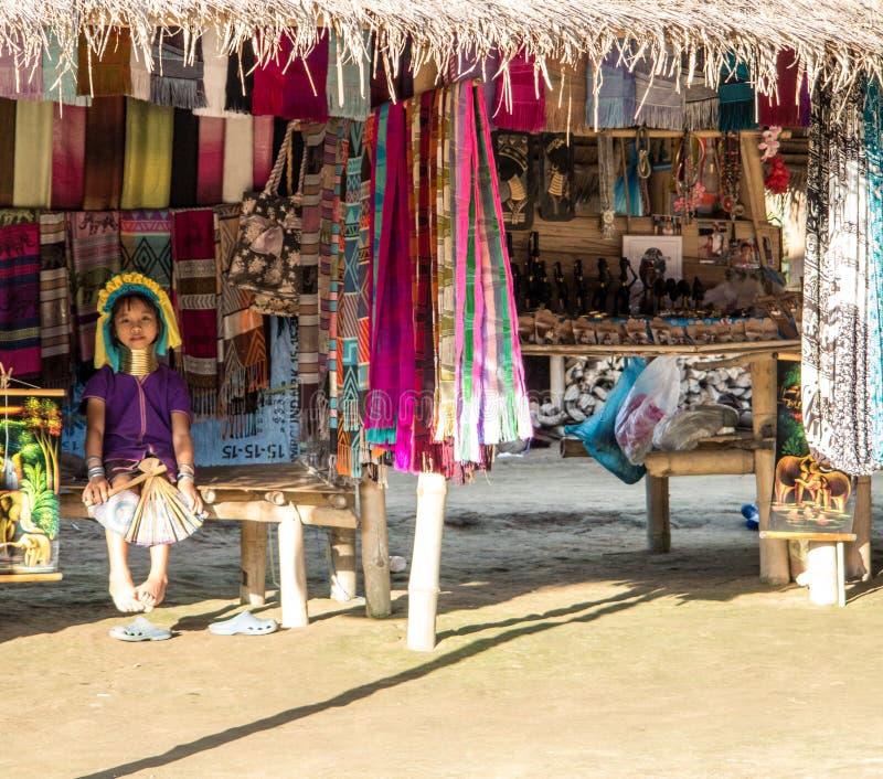 Het lange meisje van de halsstam met traditionele ambachten stock foto