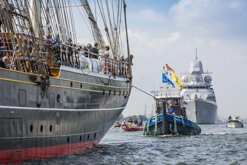 Het lange schip Stad Amsterdam vaart van IJmuiden aan Amsterdam tijdens het grote gebeurteniszeil stock foto's