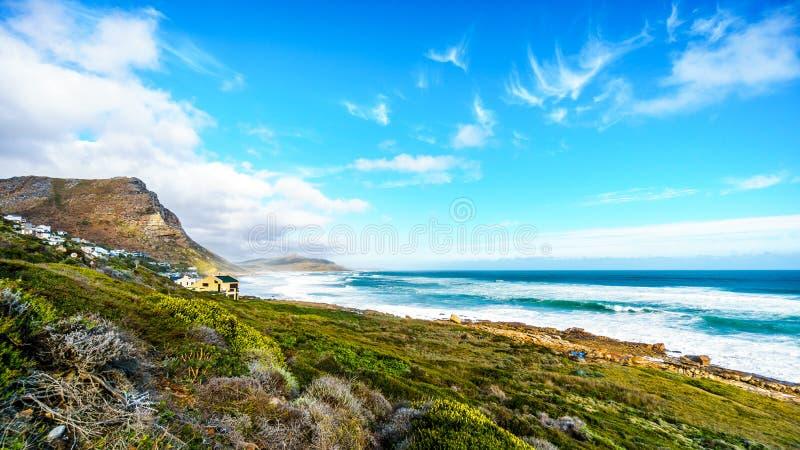 Het lange strand tussen Kaappunt en het dorp Kommetjie royalty-vrije stock foto's