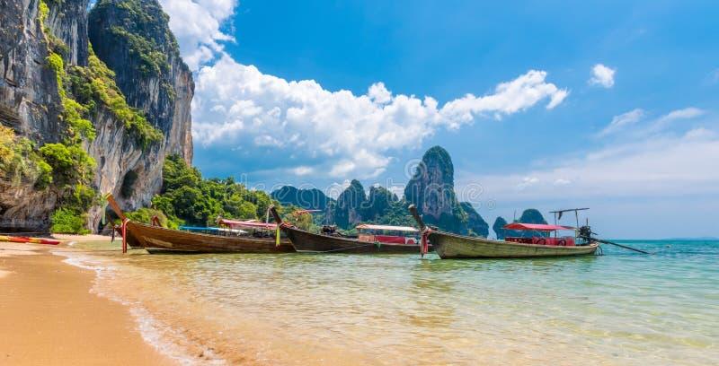 Het lange tropische strand van de staartboot, Krabi, Thailand royalty-vrije stock afbeelding