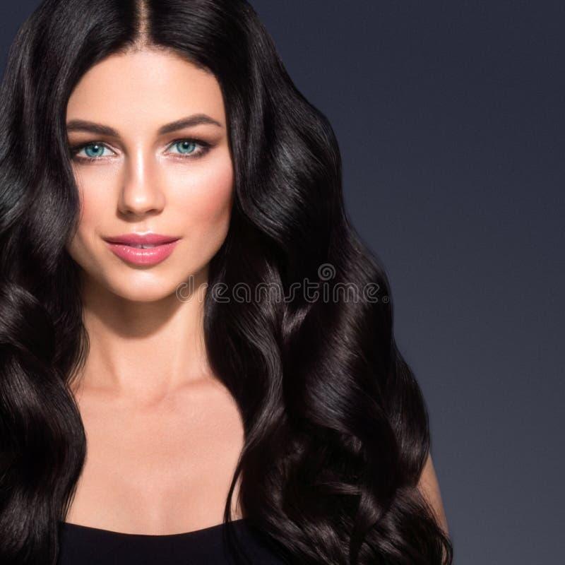 Het lange zwarte haar van de schoonheidsvrouw Beautiful spa modelmeisje met perfecte verse schone huid Donkerbruine vrouw die op  stock afbeelding