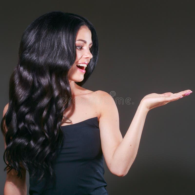 Het lange zwarte haar van de schoonheidsvrouw Beautiful spa modelmeisje met perfecte verse schone huid Donkerbruine vrouw die op  royalty-vrije stock afbeeldingen