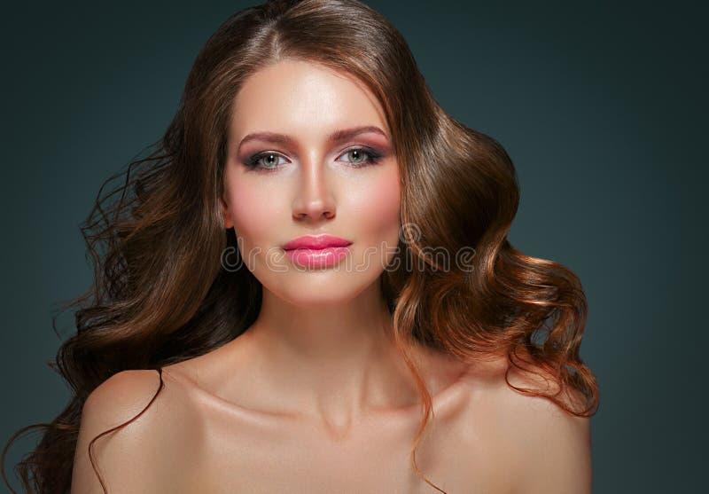 Het lange zwarte haar van de schoonheidsvrouw Beautiful spa modelmeisje met perfecte verse schone huid Donkerbruine vrouw die ove stock foto's