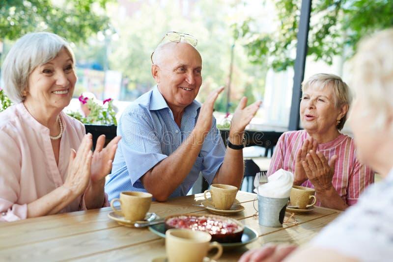 Het langverwachte verzamelen zich van bejaarde mensen royalty-vrije stock foto