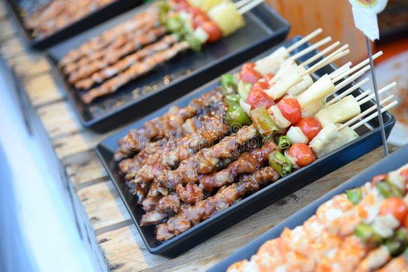 Het lapje vlees roostert het koken het roosteren in straatmarkt in Thailand, Barbecuegrill met diverse soorten vlees, Zachte nadr royalty-vrije stock fotografie
