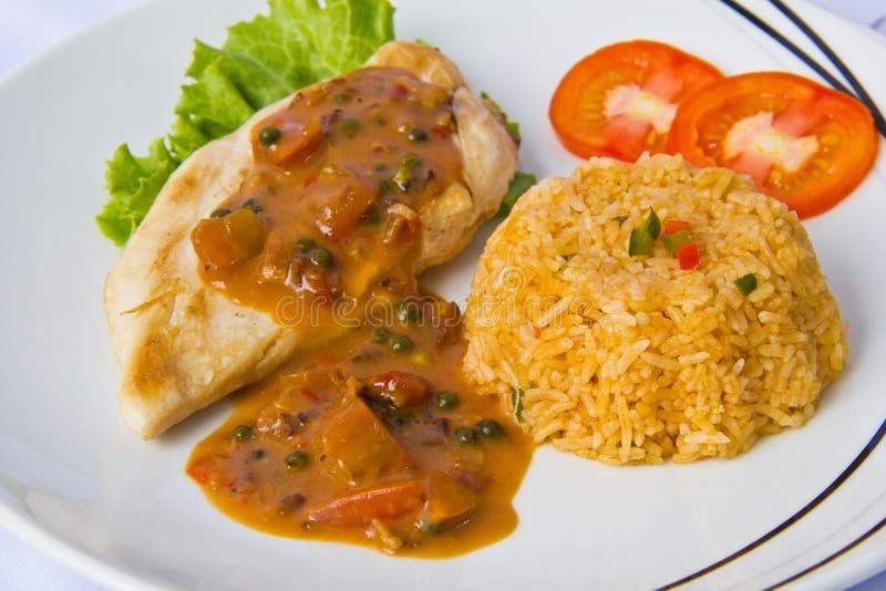 Het lapje vlees van de kip met gebraden rijst, sluit omhoog stock foto