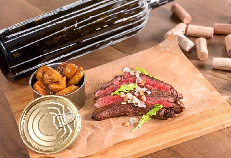 Het lapje vlees van de rundvleesflank met geroosterde amandelen en saffraanaardappels royalty-vrije stock foto