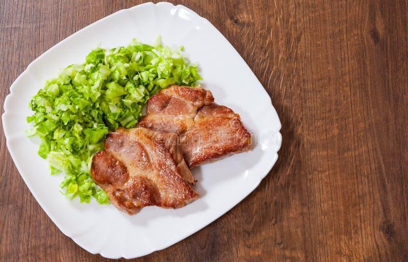 Het lapje vlees van de vleesfilet met groentensalade stock foto